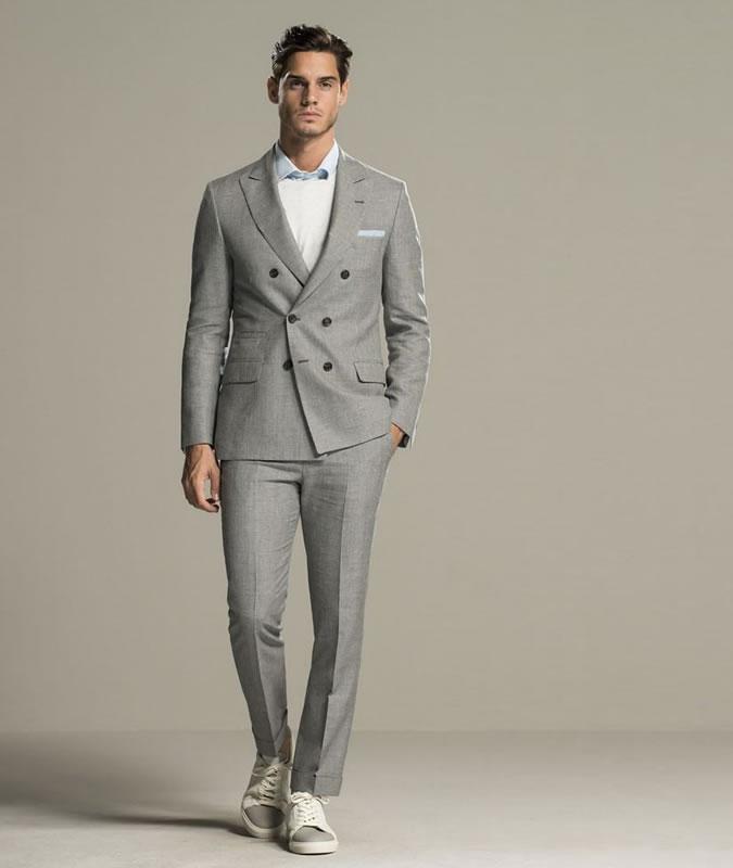 کت شلوار خاکستری با کفش کتانی