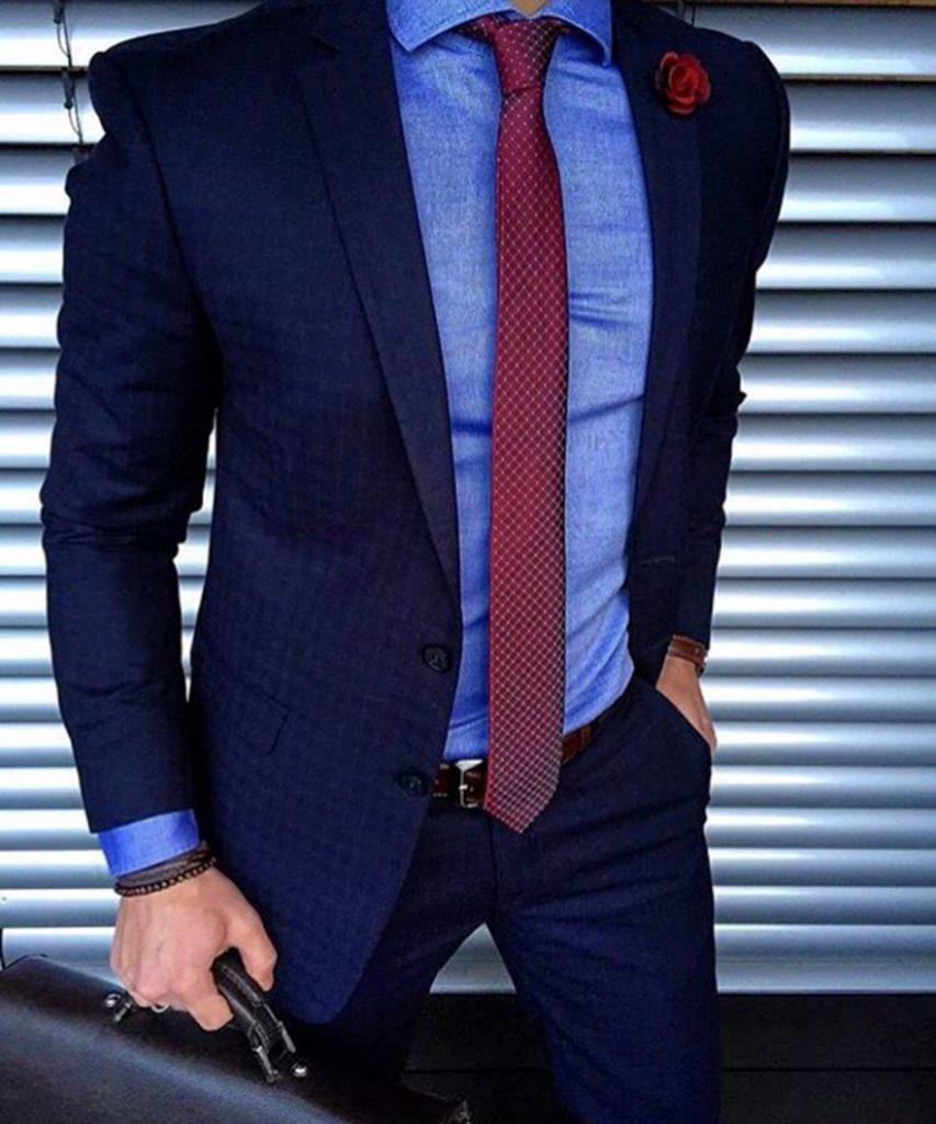 پیراهن آبی با کراوات بورگاندی به همراه کت و شلوار سرمهای