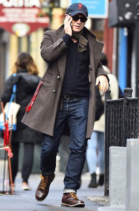 دنیل کریگ با کفشهای قهوهای