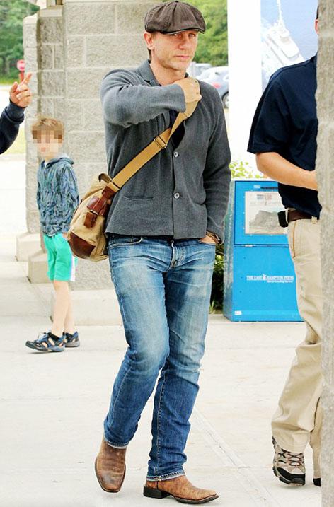 دنیل کریگ با کیف مسنجر