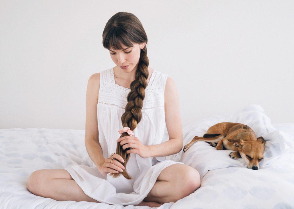 در هنگام خواب از بستن سفت موها خودداری کنید