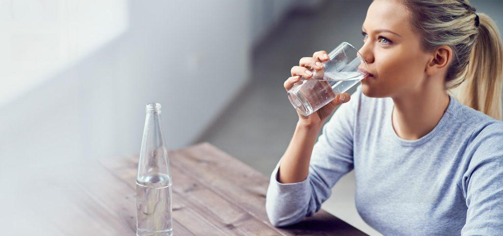 نوشیدن آب کافی برای محافظت از مو