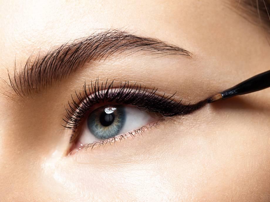 چشمانتان را زمان کشیدن خط چشم نبندید